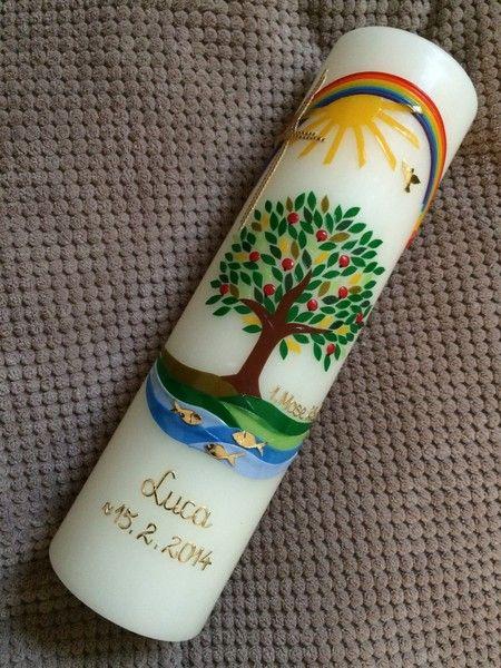 Baum-Taufkerze mit echten handgearbeiteten Wachsverzierungen Kerze zur Taufe Lebensbaum / Baum Der Versand Ihrer Baum-Taufkerze erfolgt garantiert rechtzeitig. Bitte geben Sie in der…