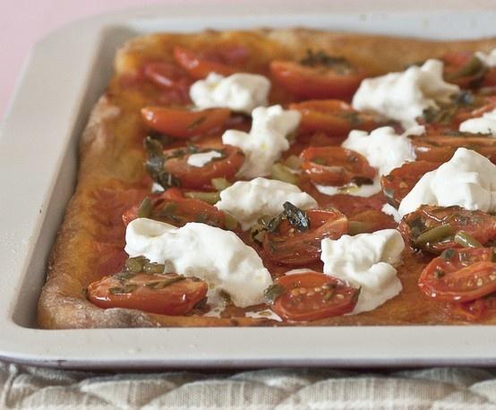 Pizza con pomodorini, talli d'aglio e stracciatella a crudo.   Per la pasta: 600 g di  farina tipo 2 400 g di farina di farro integrale 700 g di acqua 40 g di olio extravergine 20 g di sale 100 g di lievito naturale Per il condimento per una teglia: 250 g di pomodorini pelati 300 g di pomodorini freschi 1 mazzetto di erbette aromatiche 1 cucchiaio di zucchero di canna 50 g di talli d'aglio sott'olio 100 g di stracciatella fresca olio extravergine d'oliva, sale