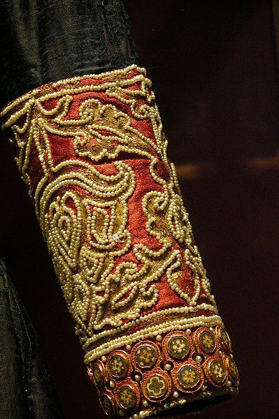 Cuff of that Byzantium Dalmatica (the latine tunic) - motifs that are very similar to Rus - 13th C.  As the ancient Greeks believes and after that, the Byzantines and then the Russians - The details may hide the strength and the power of the self-confidence. Traditionnally, FEODORA's outfits are finishing by the red tape (obereg)