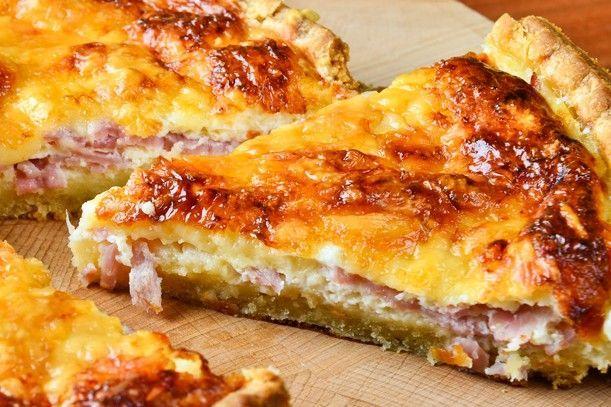 La torta salata scamorza e prosciutto è un ottimo secondo piatto ma anche un antipasto rustico perfetto per un buffet. Ecco la ricetta