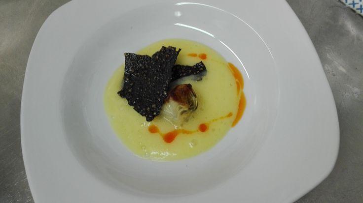 Un aperitivo¡¡¡ puré de patata y teja de arroz negro..... #restauranteantoniozgz #zaragoza #menus #pilar #aperitivo