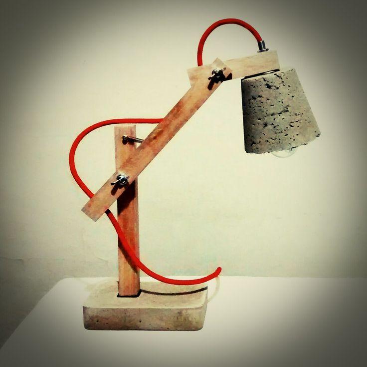 Lampara de escritorio con brazo regulable en madera, base de concreto y pantalla de cemento liviano