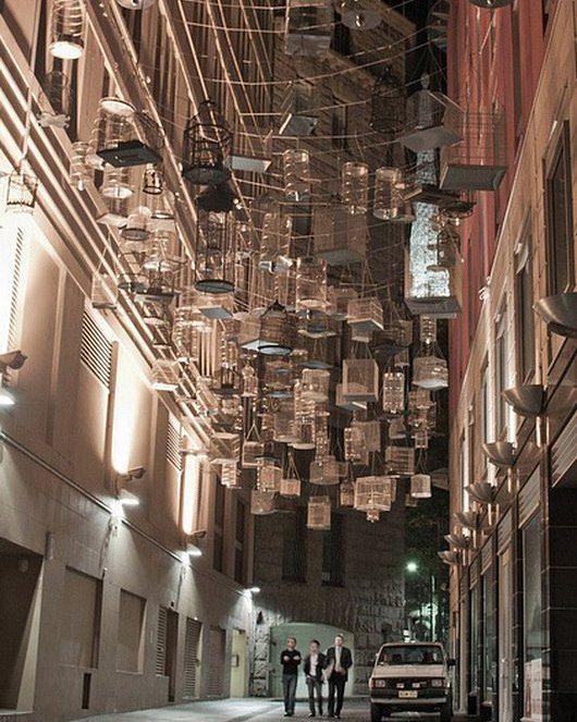 Песни о которых забывают Сидней Австралия  В центре Сиднея можно увидеть интересную инсталляцию Песни о которых забывают которую создал художник Майкл Томас Хилл в 2009 году.  Этот проект представляет собой 110 пустых птичьих клеток подвешенных высоко в воздухе. Клетки звучат песнями пятидесяти птиц которые когда-то жили в центральном Сиднее перед урбанизацией района. Звуки меняются днем и ночью представляя собой песни дневных и ночных птиц.  Дорогие Друзья подписывайтесь ставте лайки и…