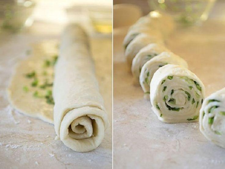 Ki gondolná, hogy egy köteg újhagymából és egy kelesztés nélküli tésztából ilyen finomság készíthető. Az újhagymás finomság salátával is fogyasztható, vagy akár reggelinek is megfelel, akár majonézt is kínálhatunk mellé. Újhagyma helyett készíthetjük más töltelékkel is, például sonkával. Hozzávalók 12 darabhoz: 350 g liszt, 200 ml forró víz, 1 kiskanál[...]