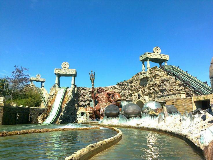 Gardaland ocupa un loc important  intre  cele mai populare parcuri tematice din Europa si se mandreste cu minunata panorama a lacului Garda.  Este unul dintre cele mai mari  si mai indragite parcuri de distractii din Italia oferind vizitatorilor sai 6 roller-coastere si alte 56 de atractii pentru divertismentul lor.