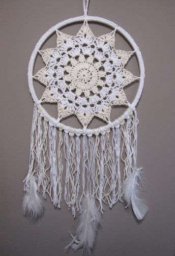 Crochet dreamcatcher http://meskok.hu/termekek/horgolt/napszemvirag-tollas-alomfogo/