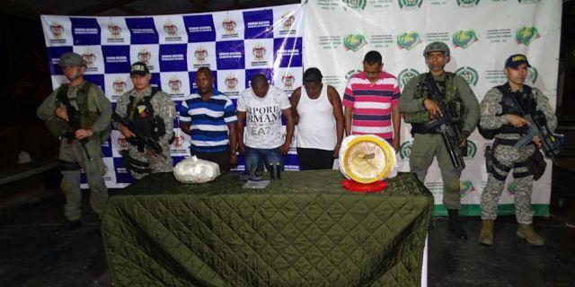 Líder comunitario y su escolta adscrito a UNP fueron sorprendidos con 16 kilos de cocaína en una vía de Nariño http://bit.ly/2yqbGlh .