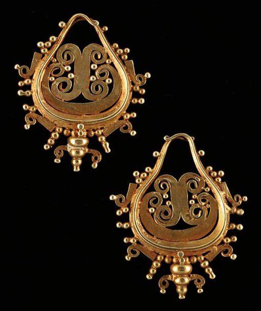 Classiques paire de boucles d'oreilles en or découpé. Très jolies granulations.