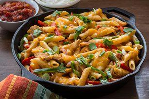 Tout le bon goût des fajitas dans un plat de pâte au poulet que toute la famille adorera. Préparez-vous à en servir souvent!