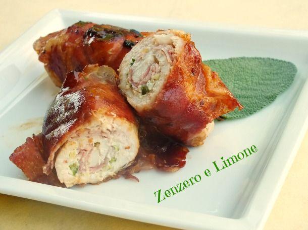 Gli involtini di pollo sono un secondo piatto facile e veloce preparato con fettine di petto di pollo farcite con prosciutto cotto e formaggio