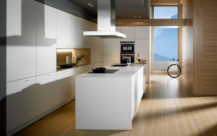 Cocina blanca moderna con tirador. Bello contraste entre la madera y el mobiliario