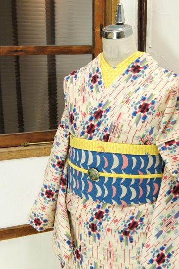生成り色の地に、カラフルな色糸で織り出された、オルテガデザインを思わせる幾何学立涌がモダンキュートなウールの単着物です。 #kimono