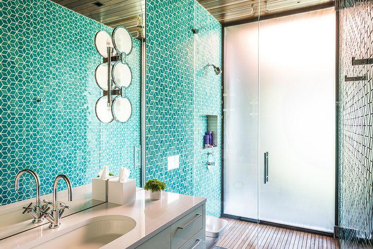 Бирюзовая ванна. Деревянная отделка потолка объединяет все помещения дома.