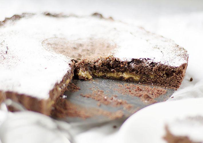 Kladdkaka med dulce de leche...Kladdkaka är mjuk och bara smälter i munnen...ur bitarna rinner ut smält choklad och dulce de leche...kladdkaka recept