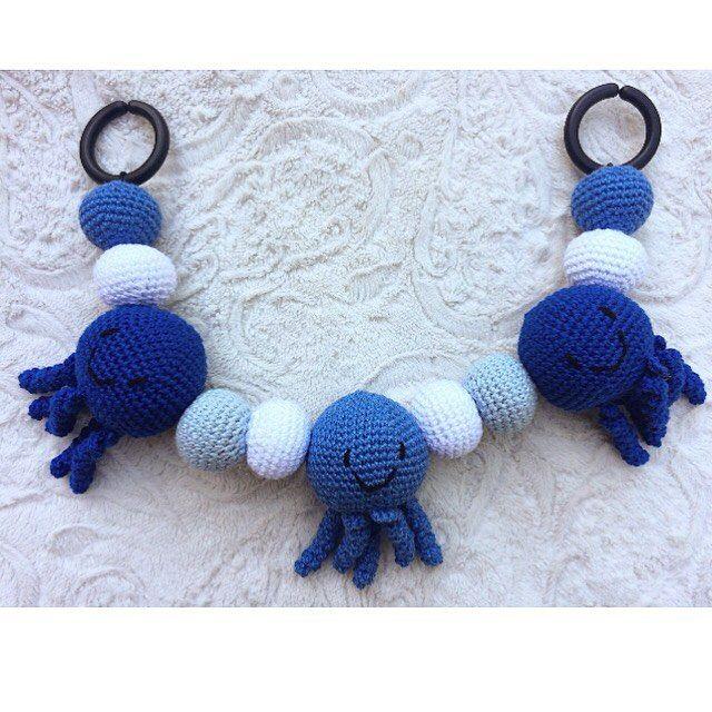 Virkad babymobil till barnvagnen ✖️ Crochet baby mobile -------------------------------------- #mobile #beautiful #adorable #handmade #inspoforkiddos #inspoforflickor #nurseryinspo #newborn #babygift #etsyshop #etsy #nurserymobile #stroller #babyboy #babygirl #baby #owls #nurserydecor #nursery #babyshower #barnrumsinspo #bebis #gravid #bf2017 #bf2016 #barnvagnshänge #barnvagnsmobil #barnevogn #klapvogn #lastenrattaat