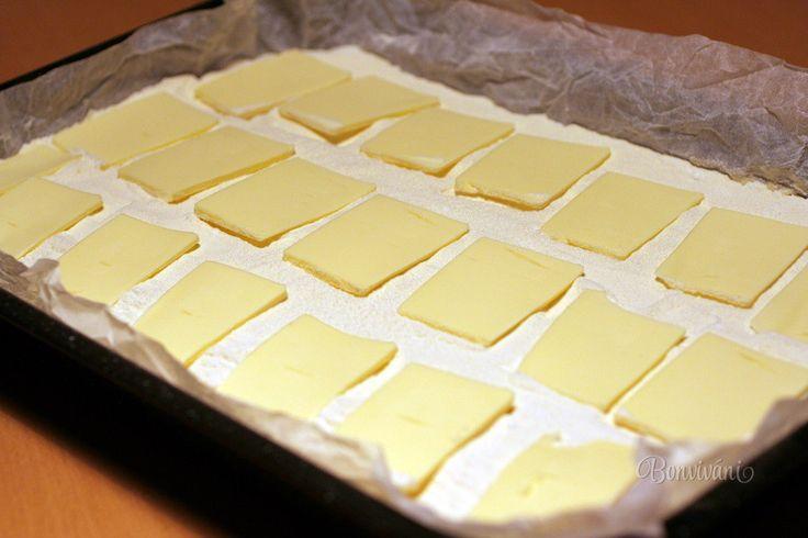 Jednoduchý a vynikajúci tvarohový koláčik, ktorý vydrží niekoľko dní. Dokonca čím je odležanejší, tým je chutnejší. Cesto je tenučké, plnka bohatá a najlepšia je vrchná maslová časť. Pripomína drobenku z poctivých babkiných koláčov. A ako sa vám pri pečení rozvonia kuchyňa. Lepšia vôňa snáď ani neexistuje :) Hrnček - 250 ml Plech - 28 x 36 cm