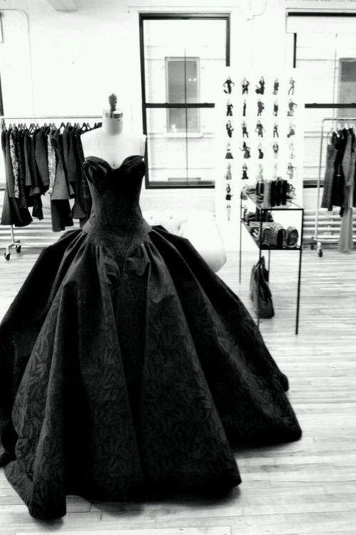 тяжелое черное платье