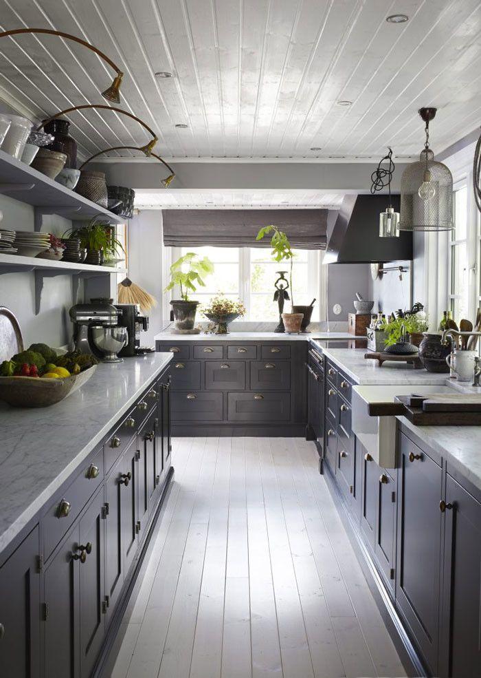 """Köket är platsbyggt av Kvänum och har målats i gråblått. """"Det fanns ett helvitt kök i huset, men det kändes inte alls som min stil. Men det tog emot att riva ut ett fungerande kök."""""""