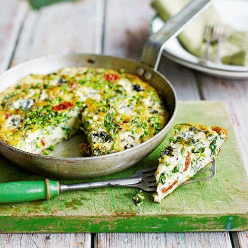Voor de luchtigste frittata kruid je de eieren pas vlak voor het bakken. Als je dat eerder doet, krijg je een vloeibaar waterig mensel. Voeg verse groente toe als broccoli, waterkers en doperwten.    1. Verwarm de oven voor op 180 °C.  2.Verhit...