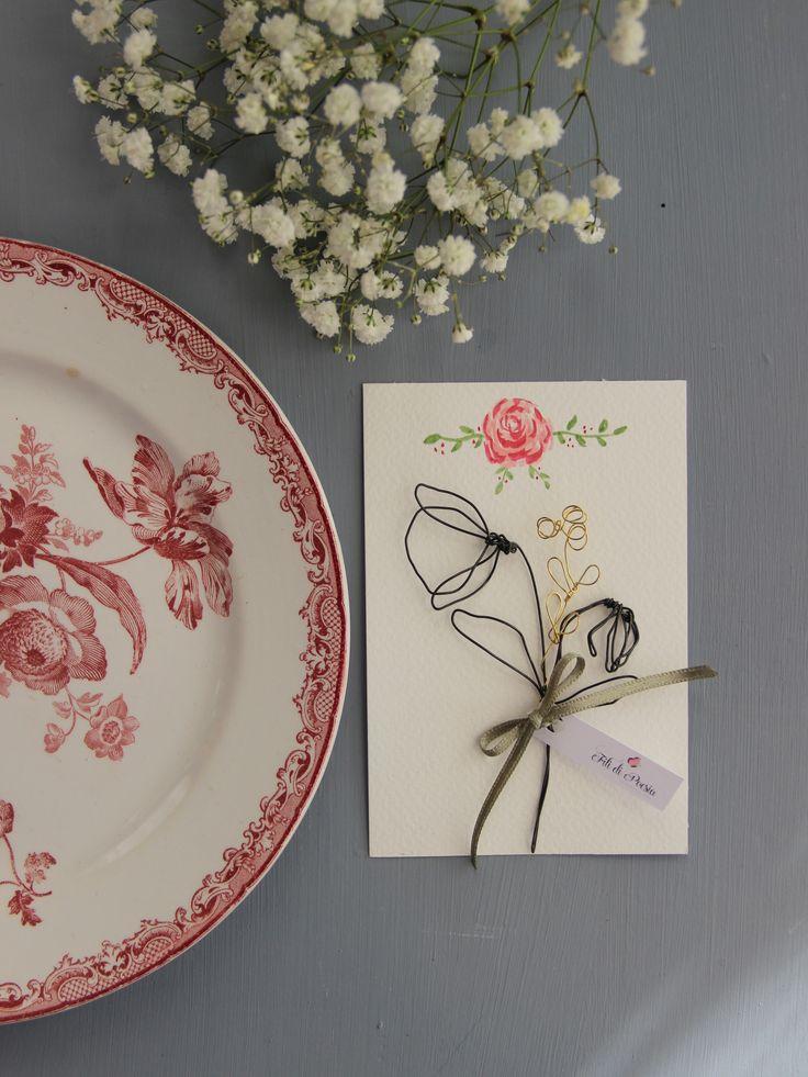 Fiori in fil di ferro su cartoncino con rosa dipinta a mano ad acquerellomisura 10x15cmOgni pezzo è unico e i numeri si riferiscono all'ordine della disposizione nella seconda fotoIn omaggio per ogni acquisto nello shop durante il mese di marzo ci sarà un biglietto d'auguri firmato Fili di Poesia