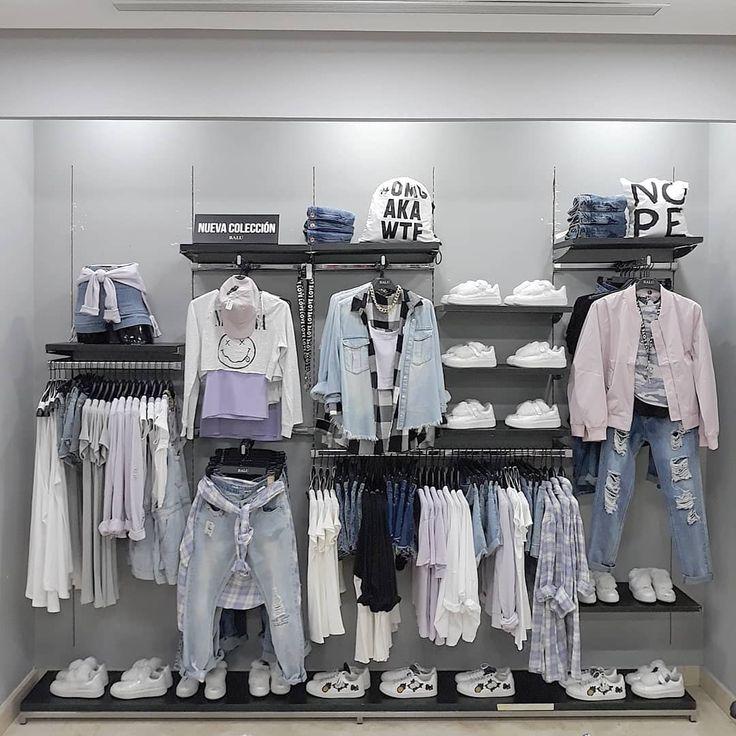 развеска рубашек в магазине одежды фото едете
