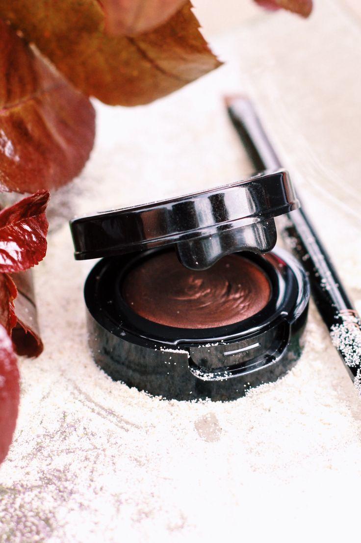 Mein liebstes Produkt für die Augenbrauen ist der HyntBeauty Eyebrow Definer. Es ist ein festes Puder Produkt und hält unglaublich lange auf der Augenbraue-hält den ganzen Tag! Ich habe sehr dunkle Brauen und trage die Farbe Espresso. #hyntbeauty #eyebrow #augenbrauen #organic #naturkosmetik #natural #cosmetics #espresso #makeup #summer