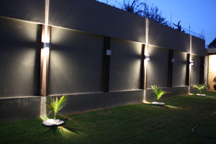 Ibipor ilumina o de jardim e muro em uma casa cada - Muro exterior casa ...