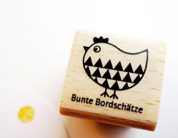 Ein süßer Stempel um tolle DIY Projekt zu gestalten. Ob Karten, Geschenkanhänger, Einladungen uvm deiner Fantasie sind keine Grenzen gesetzt. Den Stempel Huhn Dreieck bekommst Du bei www.party-princes.... Der Stempel ist auch eine süße Geschenkidee zu Ostern oder für die Gestaltung der Osterdekoration.