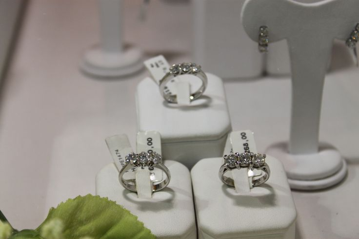 Tre Modelli di Anelli Trilogy in Oro Bianco e Diamanti taglio Brillante