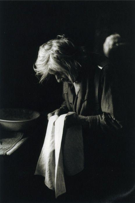 woman with a cloth / Marcel Imsand