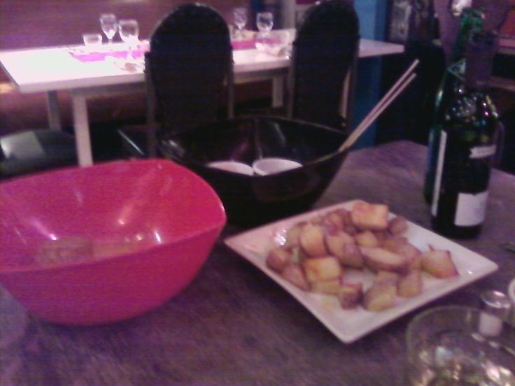 Estas son tres tapas a probar en De Olivas: papas fritas con pimentón y aceite de oliva, flan dulce de garbanzos, y queso brie rebozado en maní con 3 salsas para sumergir!