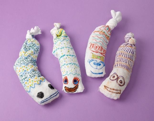 Play your favorite outdoor games with Sock Worm Beanbags using Crayola Fabric Markers, old socks, and beans!