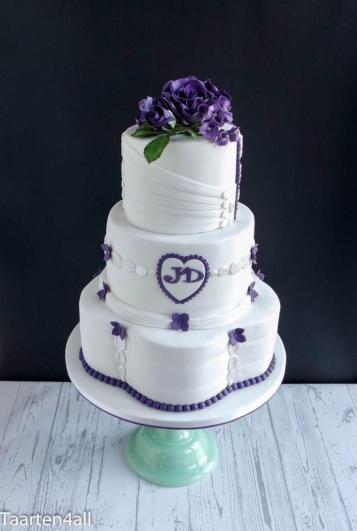 Bruidstaart met paarse roos.