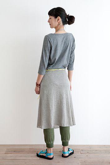 LINEN KNIT APRON (Long)LINEN KNIT APRON (Long)col:Navy border / Gray¥8,000+税  ニット独特の柔らかさとドレープ感が女性らしいやわらかな印象を作ってくれるニットエプロン。  リネン100%の糸で編みたてしたニットエプロン。リネン特有の上品な光沢感とシャリ感が季節感のある素材です。  スカート部分はラップ式になっているのでサロペットスカートとしてウエア感覚で着こなせます。  カットソーやシャツなどとコーディネートがしやすいのも魅力。  ホームパーティや料理教室でも目をひくみせるエプロンとしておすすめです。