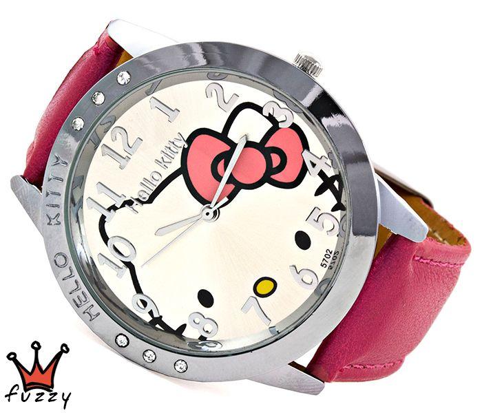 Παιδικό ρολόι Hello Kitty, με ατσάλινη κάσα σε ασημί χρώμα και στολισμένη με στρας. Ασημί περλέ καντράν με την Hello Kitty εσωτερικά.  Λουράκι σε φούξια χρώμα από δέρμα. Διάμετρος καντράν 40 mm και μήκος ρολογιού μαζί με το λουράκι 23,5 εκ.
