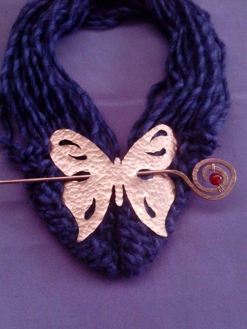 Broche mariposa de cobre martillada