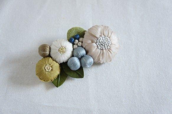 摘んできた野花をぎゅっと集めたようなブローチ。刺繍や染めた革で作った葉っぱ、木の実のビーズなど手仕事をたっぷり施した作品です。小さなお花畑がコーディネートを彩ります。セーターやコート、ストールなどに着けて楽しんでください。サイズ:全長9㎝●お取引について●▽Erava kukkaの商品は全てハンドメイドの為、若干のサイズの違い、写真とは色や形、風合いが異なる場合がございます。ハンドメイド商品の特徴としてお楽しみ下さい。▽雨や汗などは色落ちなどの原因になりますので、取り扱いには十分ご注意下さい。▽通常お支払いから7日以内(土日祝日を除く)に発送させて頂いております。▽原則として、お客様都合による返品・交換は不可となっております。 作品に不良があった場合は、1週間以内にご連絡ください。商品到着後、一週間以上経過した作品は返品できませんので、ご了承ください。