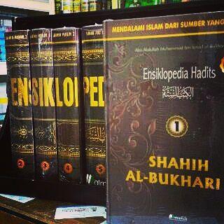 Penerbit ALMAHIRA menghadirkan terjemahan Kumpulan HADITS NABI TERLENGKAP yang bertajuk:Ensiklopedia Hadits.Buku Islam ini dikemas dalam 8 jilid hard cover yang terdiri dari 6 kitab Imam Hadits Terkenal:- Kitab Shahih Bukhari 2 jilid (Kitab paling shahih setelah al-Qur`an)- Kitab Shahih Muslim 2 jilid (Kitab kedua paling shahih setelah al-Qur`an)- Kitab Sunan Abu Daud- Kitab Jami Tirmidzi- Kitab Sunan an-Nasa`i- Kitab Sunan Ibnu MajahAPA KELEBIHAN BUKU INI?1. Diterjemahkan oleh tim yang…