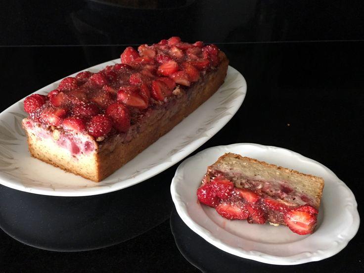Gezonde #aardbeiencake van #speltmeel, Griekse #yoghurt, saus van zelfgemaakte #aardbeienjam, #amandelen en een vleugje #vanille. Alleen natuurlijke suiker; zonder boter.
