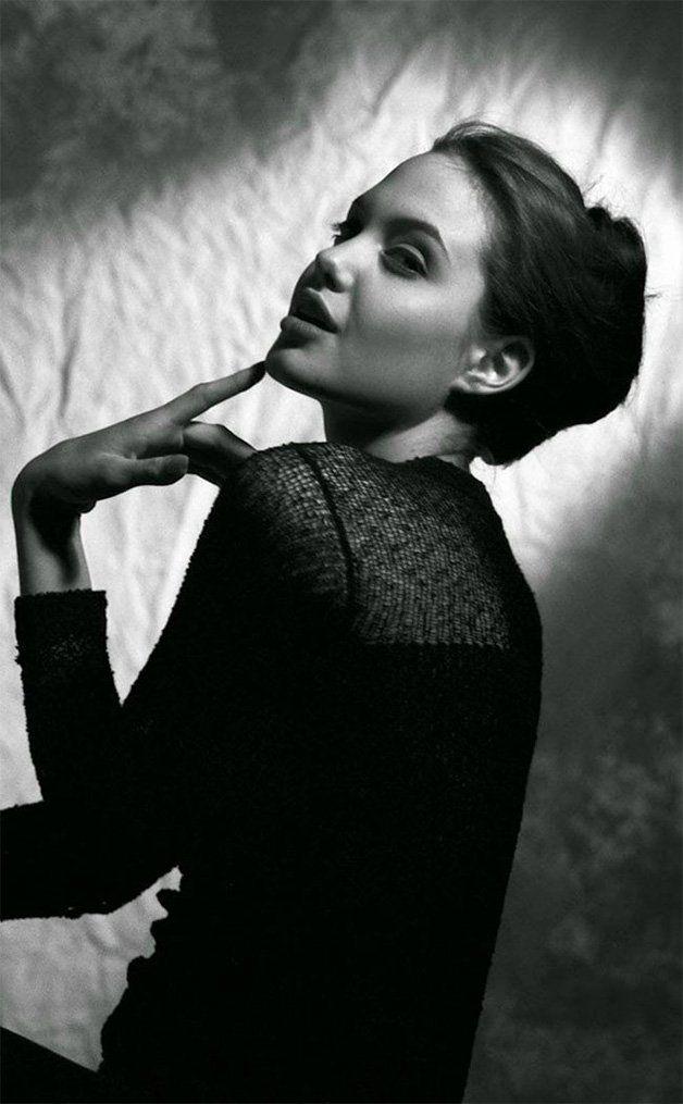 No mês em que Angelina Jolie completa 41 anos, circula pela rede uma série de fotos da atriz adolescente, no auge dos seus 15 anos, quando ainda trabalhava como modelo, ao mesmo tempo quecursava interpretação para TV e teatro. O ensaio, feito pelo aclamado fotógrafo Harry Langdon, foi um dos primeiros da atriz. Imagens em preto e branco, o inconfundível cabelo longo e muitas caras e bocas fazem parte dos clicks, que já mostravam uma Angelina cheia de personalidade. Não acredita? Veja isso…