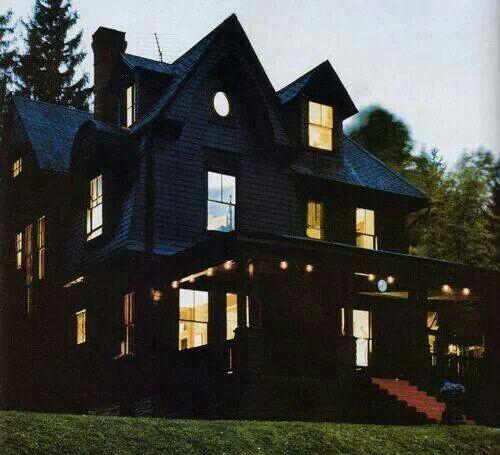 Black house dream home pinterest for Images of black houses