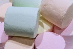 Les bonbons à la guimauve, c'est délicieux. Surtout les Chamallows. L'idéal pour vous serait même de connaître LA recette maison afin de préparer cette friandise. Eh bien cette recette existe. La voici : Ingrédients - 250 gr de sucre en poudre - 3 blancs d'oeufs -6 feuilles de gélatine -......