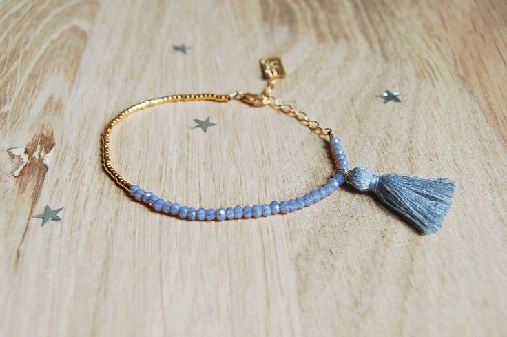 Bracelet petites perles et pompon. Bleu et doré