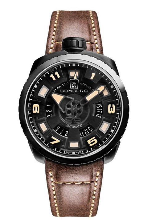 BOMBERG Bolt-68  Un reloj con carácter y lleno de personalidad.  Caja de acero inoxidable y recubrimiento PVD negro. Se abraza al pulso mediante una correa de cuero café tipo vintage, que destaca la belleza de la pieza. #WatchesWorld, los relojes de tu vida.
