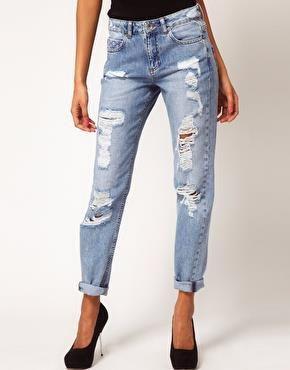 Светлые рваные джинсы