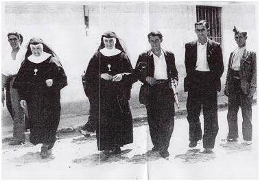 Unos milicianos se llevan detenidas a unas religiosas para fusilarlas, por el hecho de ser religiosas.