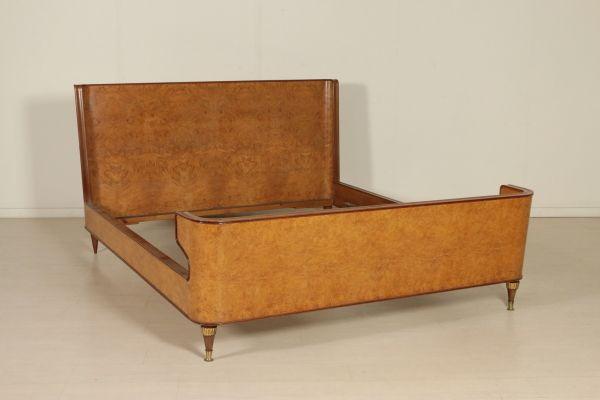 Letto matrimoniale; legno impiallacciato radica, particolari in ottone. Buone condizioni, presenta piccoli segni di usura. Misure interne: 200 x 168.