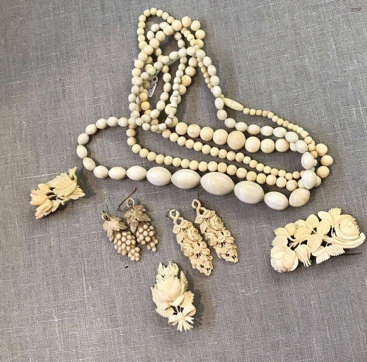 Varias piezas antiguas de hueso