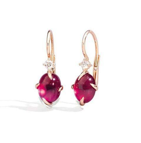 Astrea avvolge smeraldi, rubini e zaffiri cabochon in un abbraccio appassionato di oro rosa impreziosito da diamanti, creazione di Mimì. @preziosamagazine