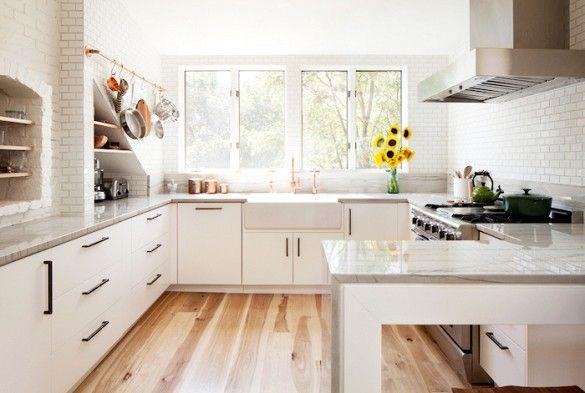 De woonkamer van dit huis in Boston is een jaloersmakend grote, open ruimte - Roomed   roomed.nl